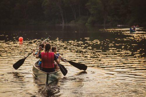 ボートを漕ぐ家族