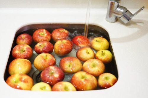 水に浮かんだりんご