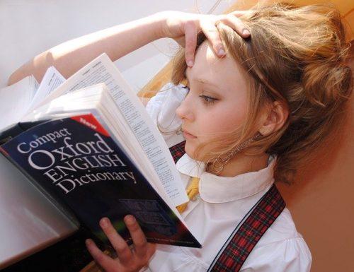 辞典をみる女の子