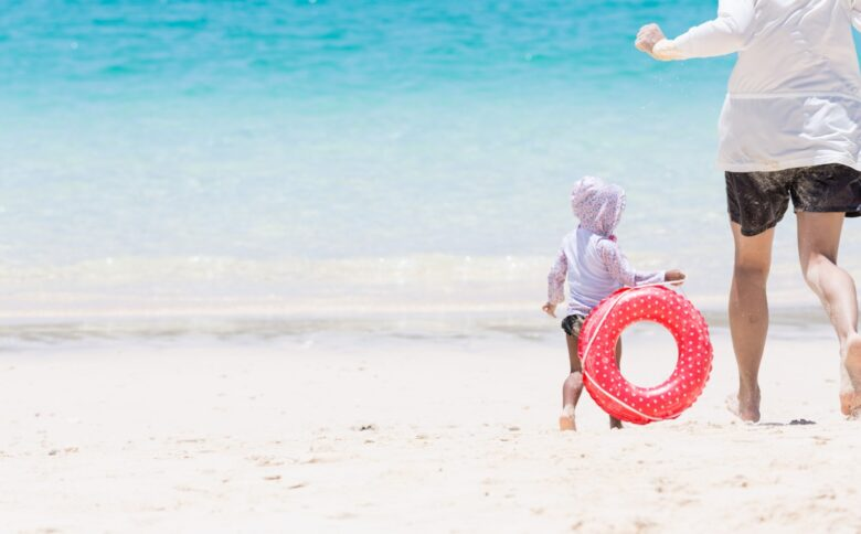 海で遊ぶ母子