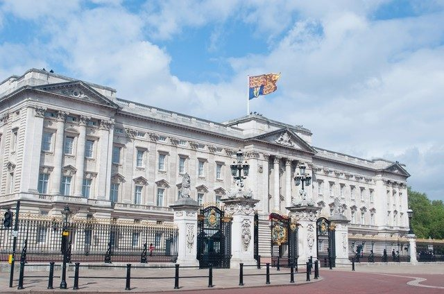 バッキンガム宮殿と女王旗