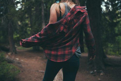 シャツにジーンズの女の子