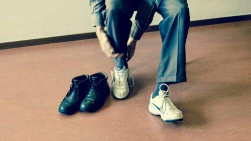 スニーカーに履き替える男性