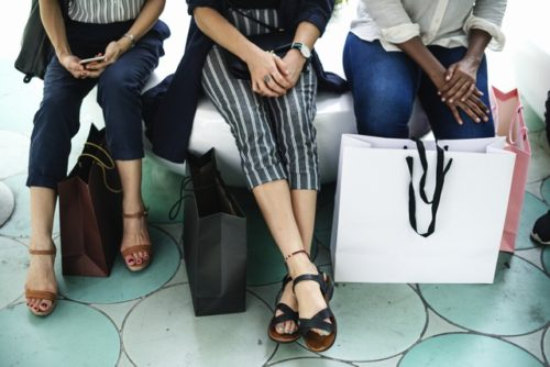 買い物する女性たち