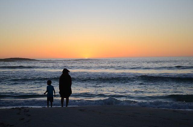 ビーチの母親と子供