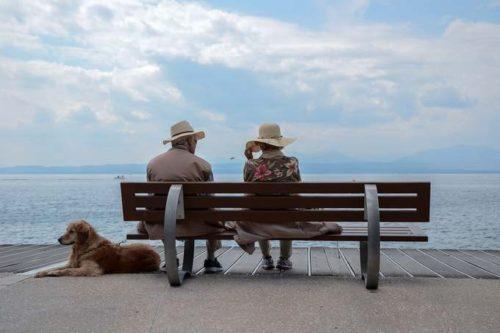 海を眺める老夫婦